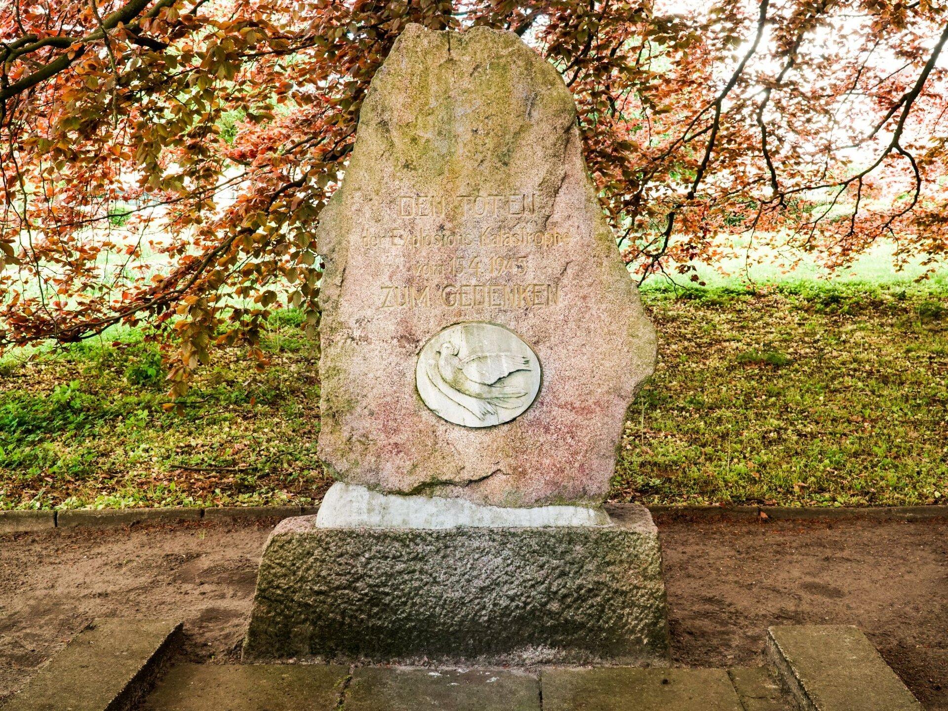 Platz des Friedens: Gedenkstein zur Erinnerung an die Explosionskatastrophe am Bahnhof Pritzwalk (15. April 1945)