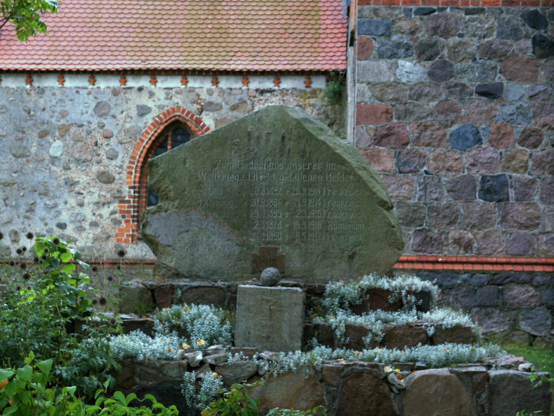 Alt Krüssow, an der Kirche: Denkmal für die Gefallenen des Ersten Weltkriegs