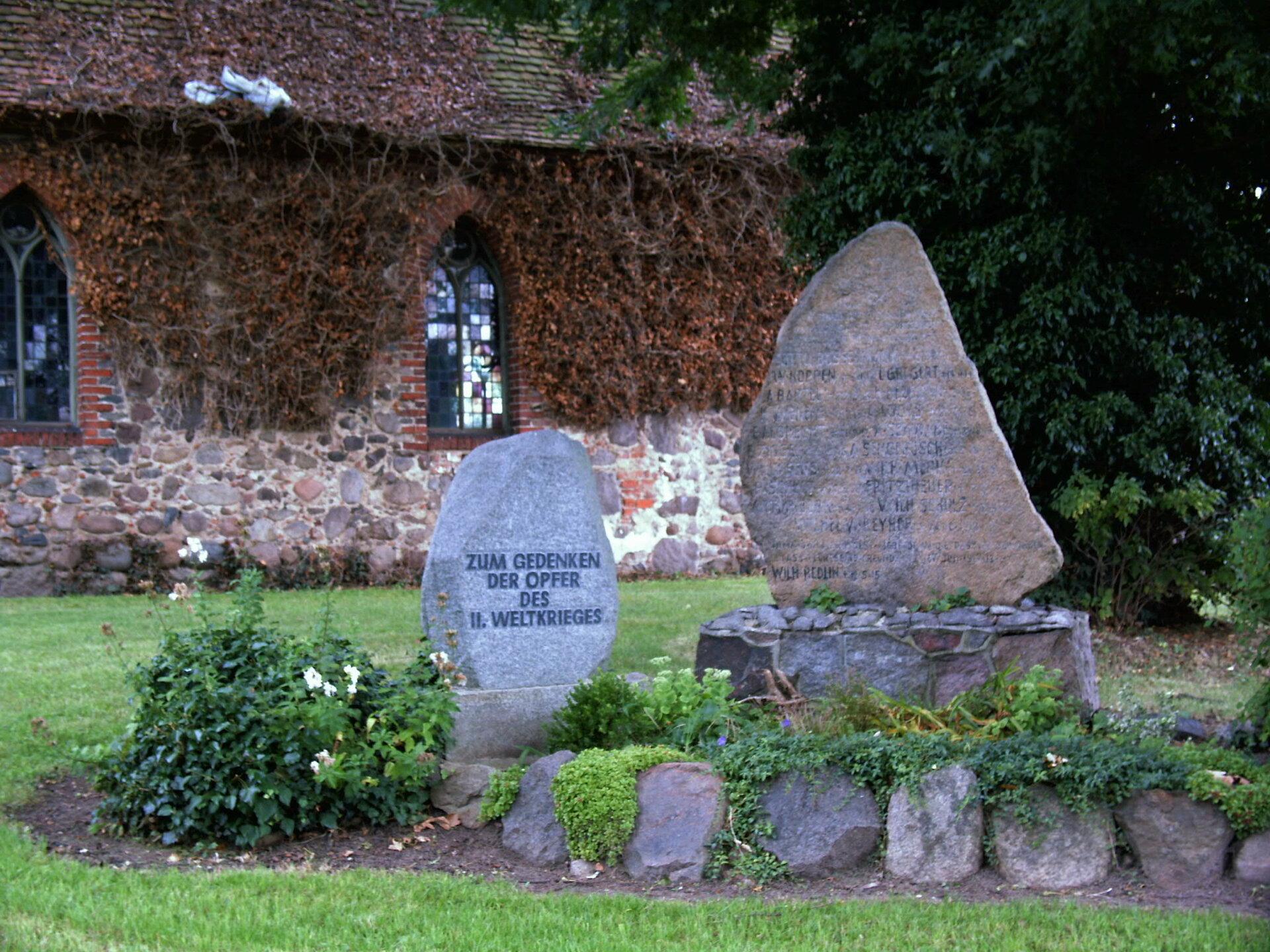 Beveringen, an der Kirche: Denkmal für die Gefallenen des Ersten und Zweiten Weltkriegs