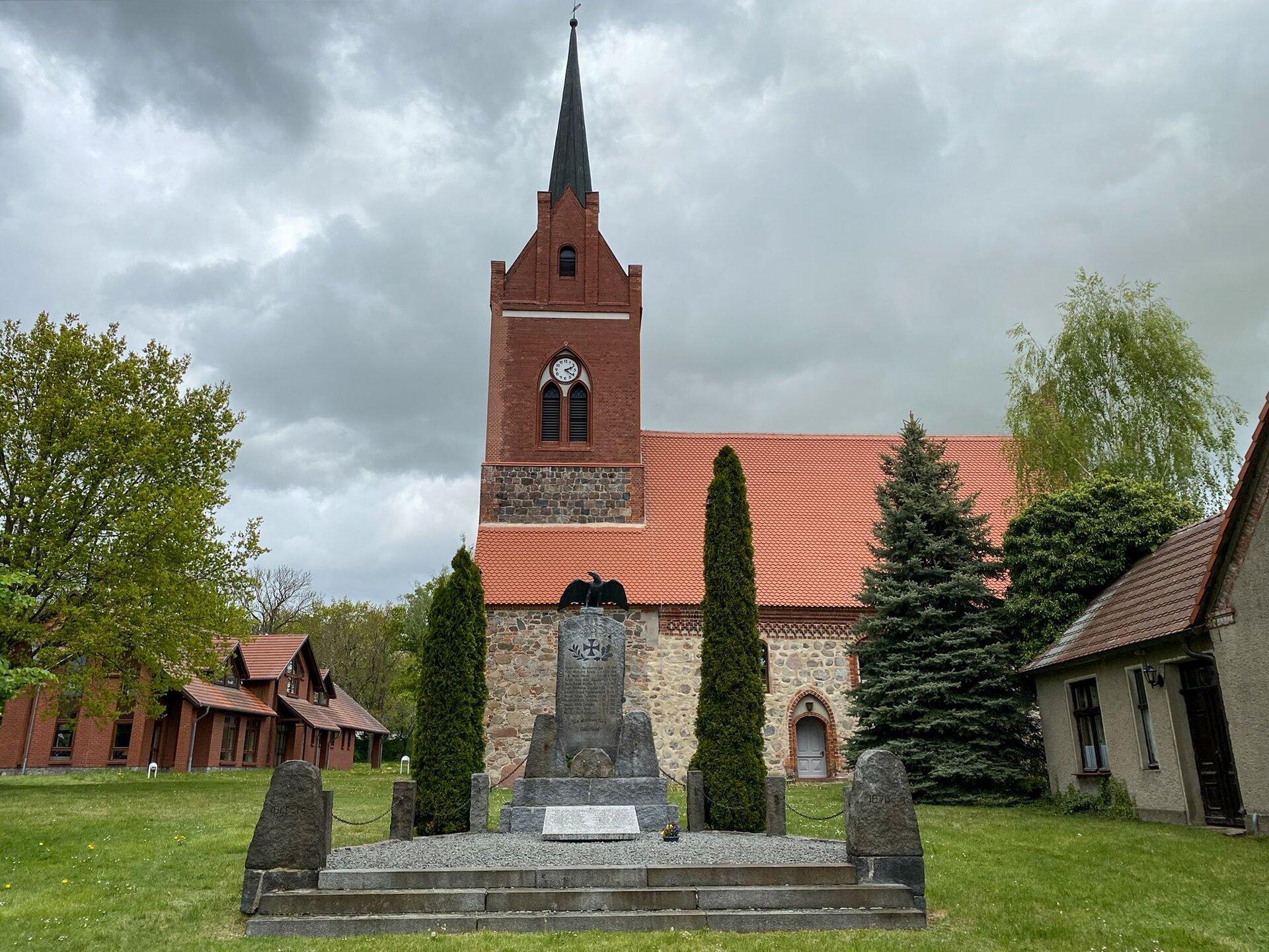 Falkenhagen, an der Kirche: Denkmal für die Gefallenen der Befreiungskriege (1813), des Deutsch-Französischen Kriegs (1870-1871), des Ersten und Zweiten Weltkriegs