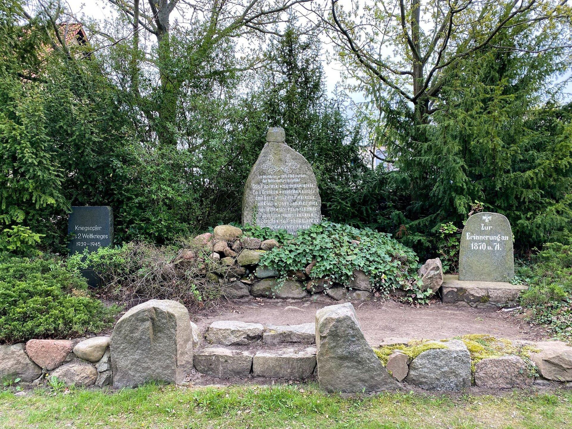 Giesensdorf, Dorfstraße: Denkmal für die Gefallenen des Deutsch-Französischen Kriegs (1870-1871), des Ersten und Zweiten Weltkriegs