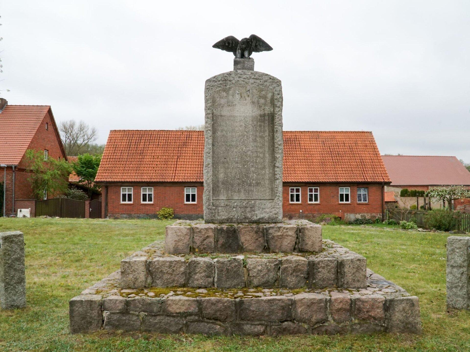 Kemnitz. an der Kirche: Denkmal für die Gefallenen des Ersten Weltkriegs