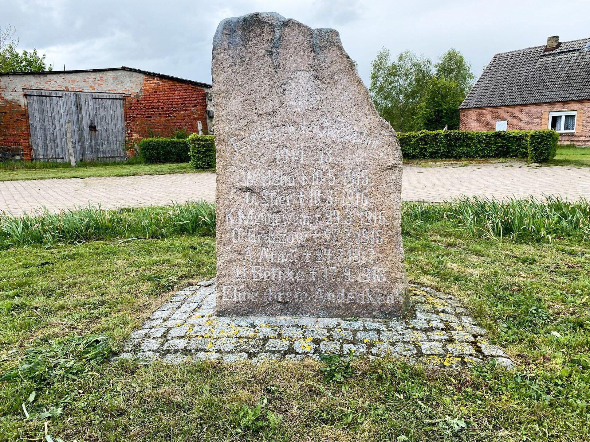 Könkendorf, Dorfmitte: Denkmal für die Gefallenen des Ersten Weltkriegs