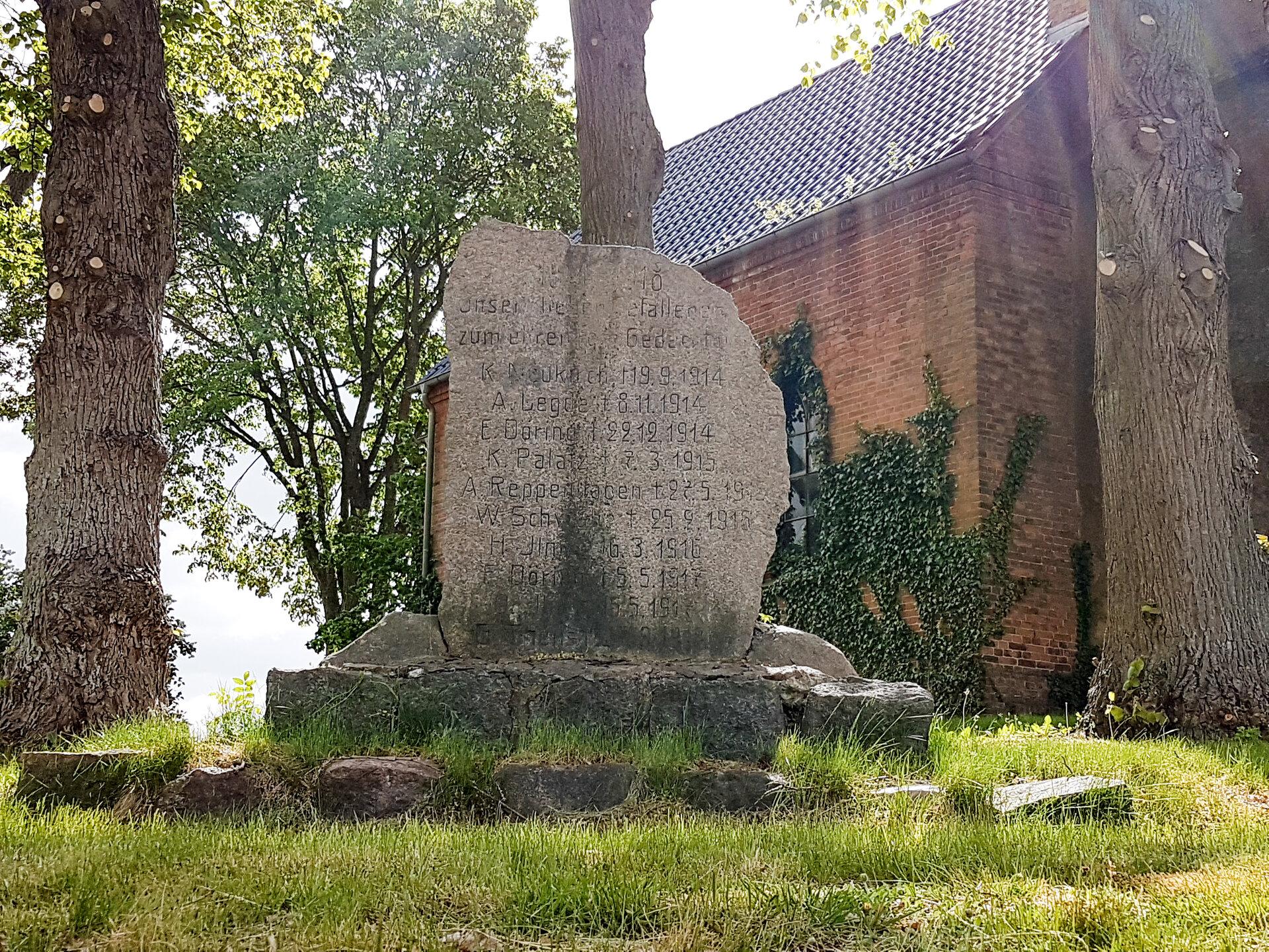 Mesendorf, an der Kirche: Denkmal für die Gefallenen des Ersten Weltkriegs