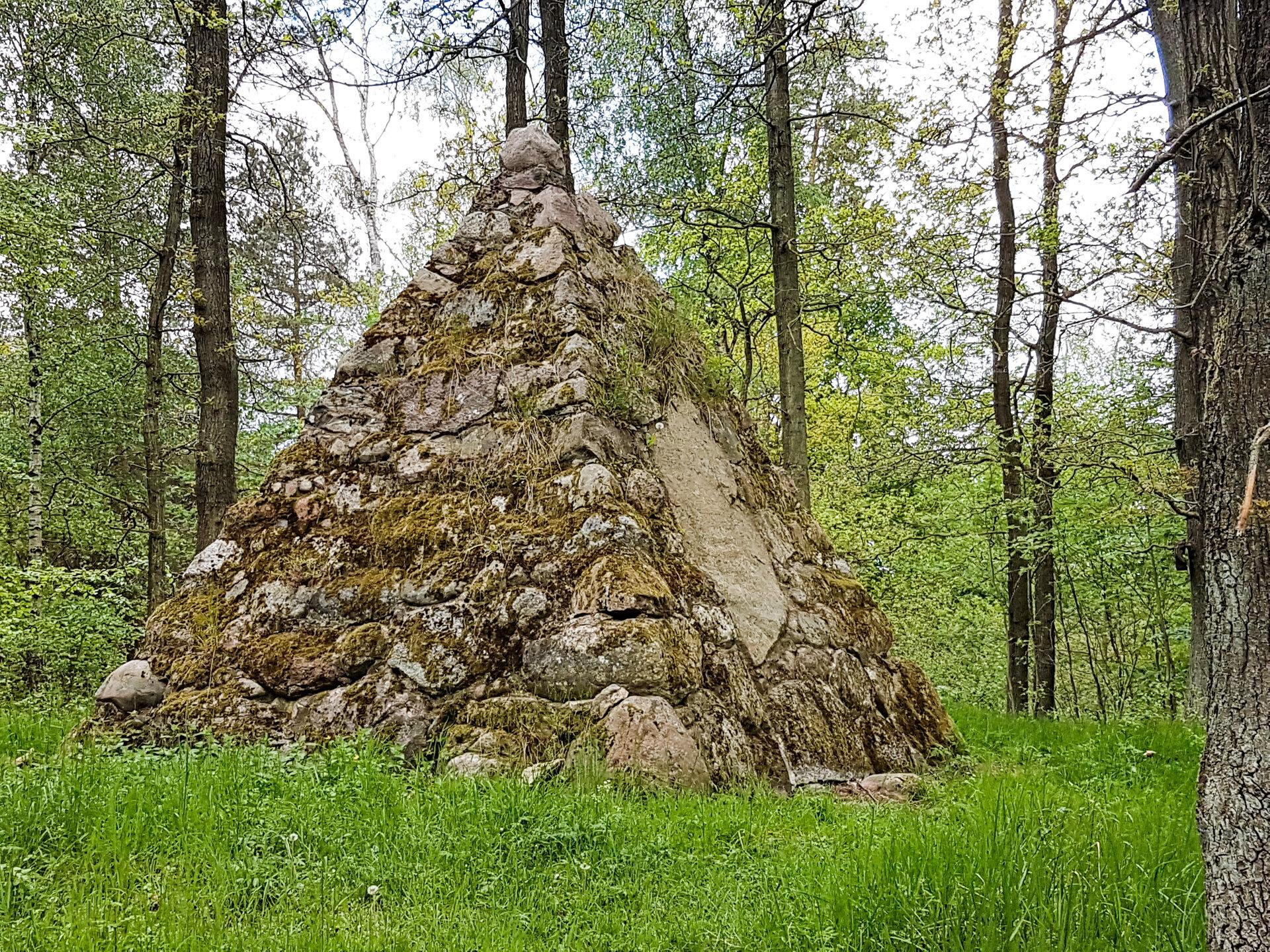 Mesendorf, im Wald: Kronsbergdenkmal