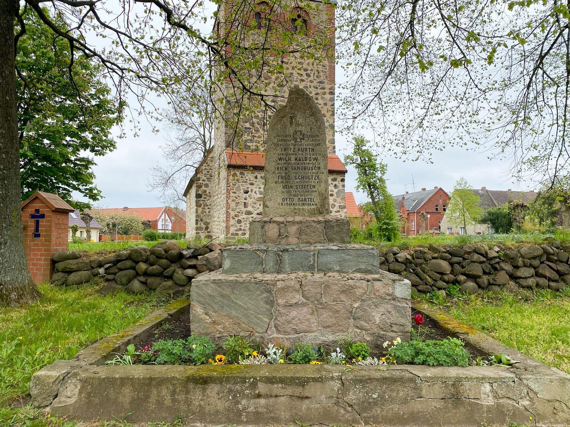 Sarnow, an der Kirche. Denkmal für die Gefallenen des Ersten Weltkriegs (1914-1918)