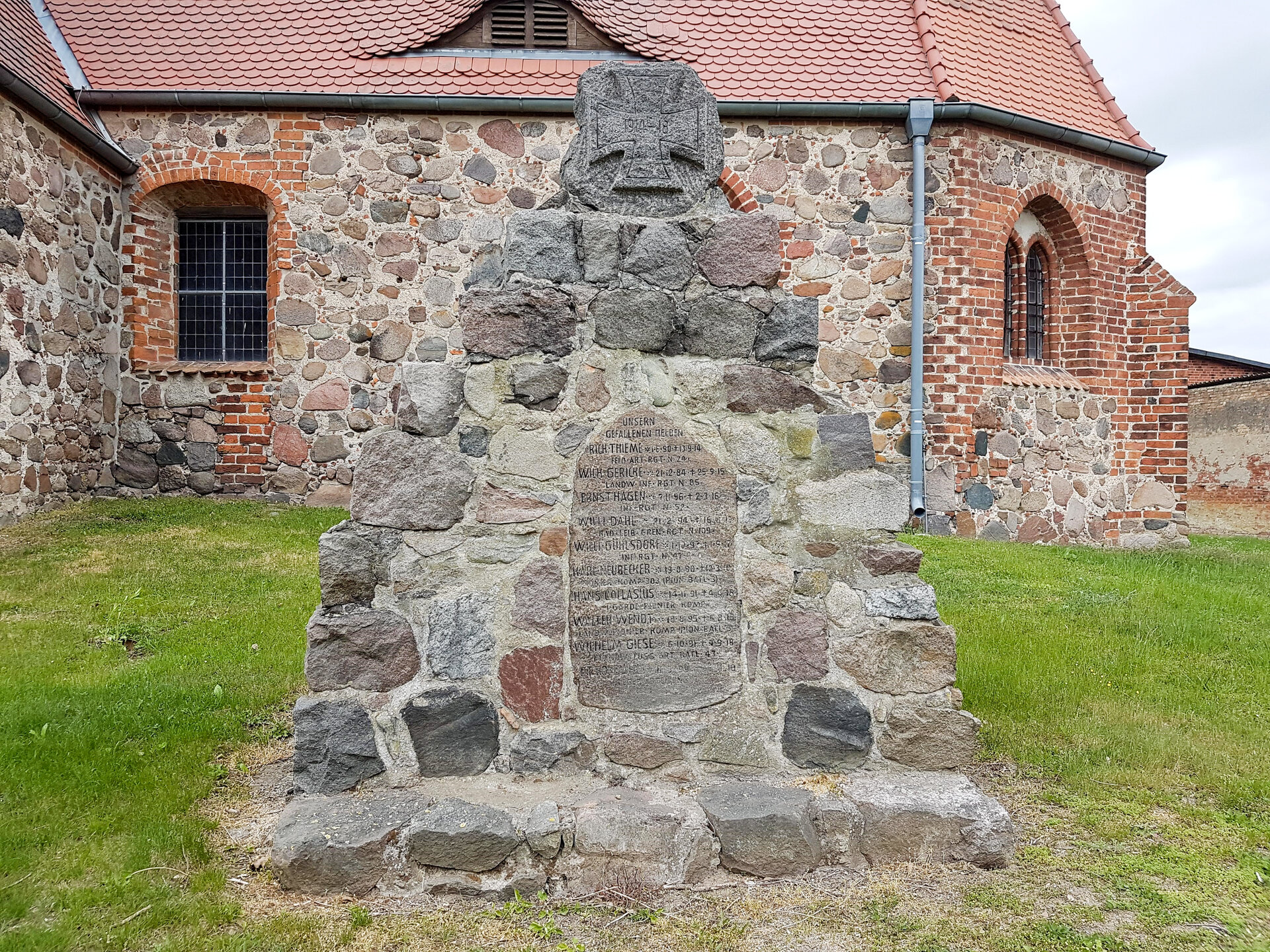 Schönhagen, an der Kirche: Denkmal für die Gefallenen des Ersten Weltkriegs