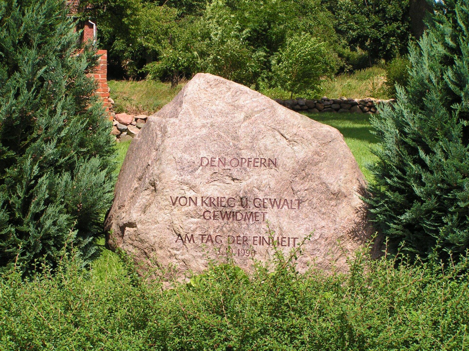 Schönhagen, an der Kirche: Denkmal für die Opfer von Krieg und Gewalt