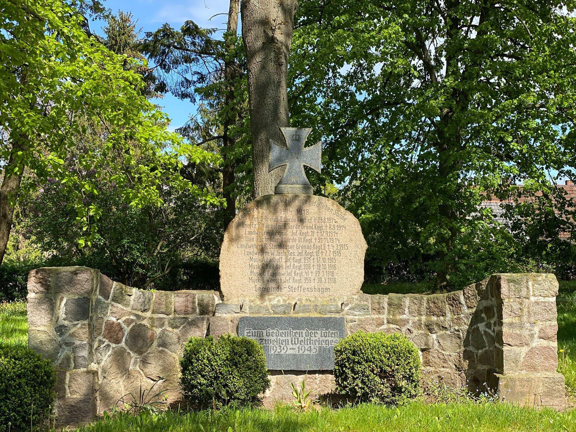 Steffenshagen, an der Kirche: Denkmal für die Gefallenen des Ersten Weltkriegs und Gedenktafel für die Gefallenen des Zweiten Weltkriegs