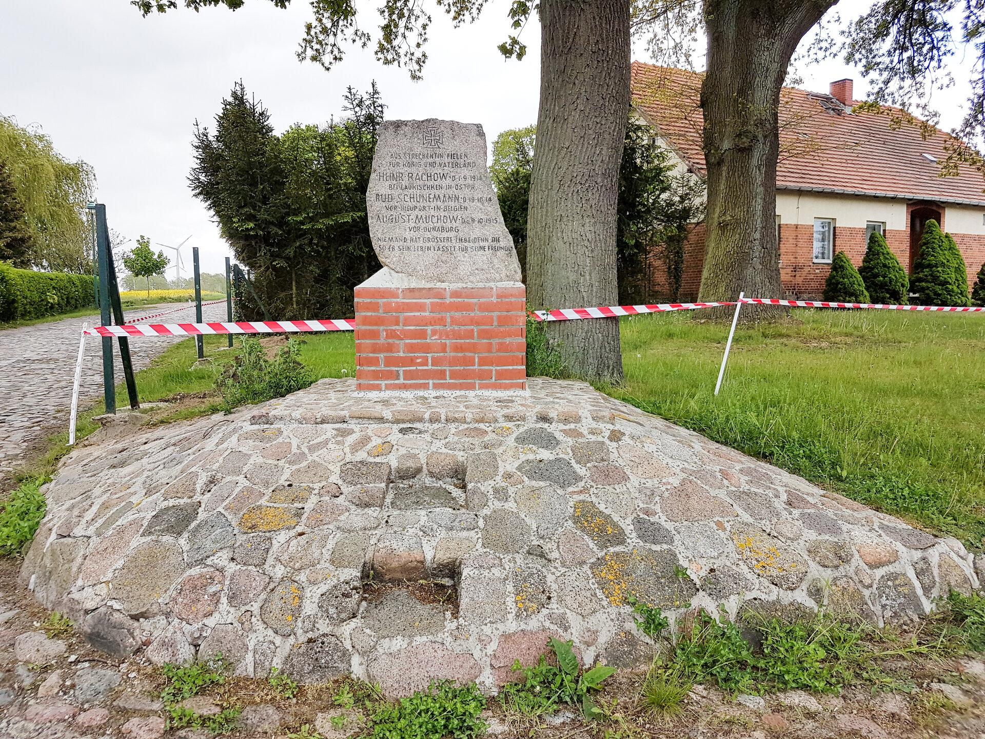 Streckenthin, Abzweig Richtung Kirche: Denkmal für die Gefallenen des ersten Weltkriegs (1914-1918)