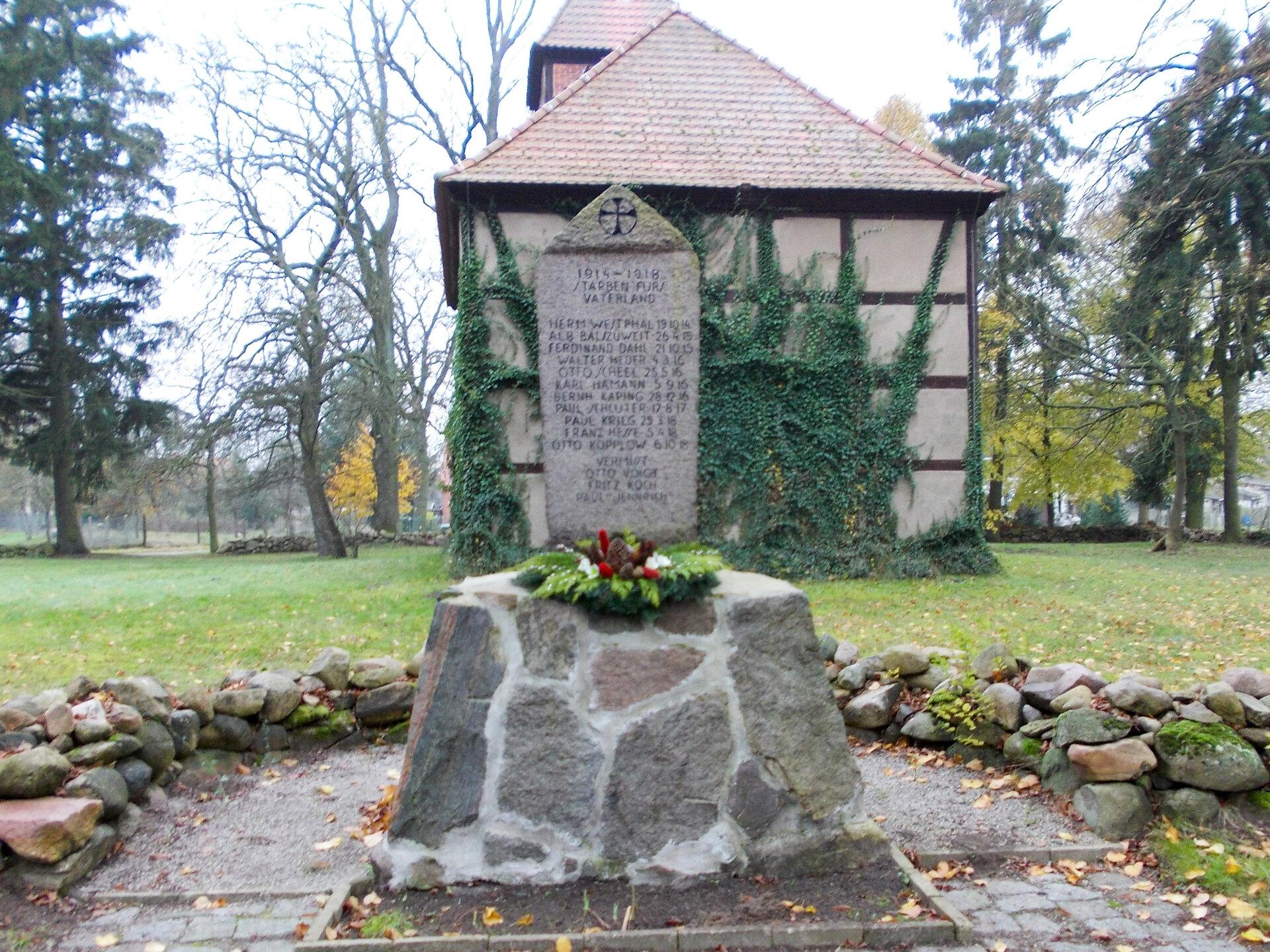 Wilmersdorf, an der Kirche: Denkmal für die Gefallenene des Ersten Weltkriegs (1914-1918)