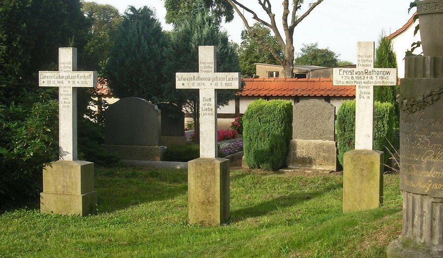 Grabkreuze des Begräbnisplatzes auf dem Kirchhof von Plänitz