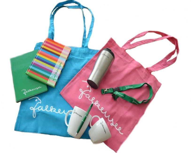 Falkensee - der Name ist Programm und ziert Tassen, Beutel, Bücher etc. und ist auch als Autoaufkleber in verschiedenen Farben im Bürgeramt in der Poststraße erhältlich.