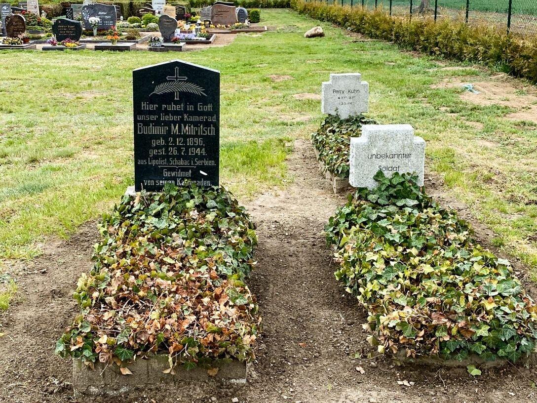 Buchholz, Friedhof: Ehrengräber für zwei im Zweiten Weltkrieg gefallene Soldaten und einen Zwangsarbeiter