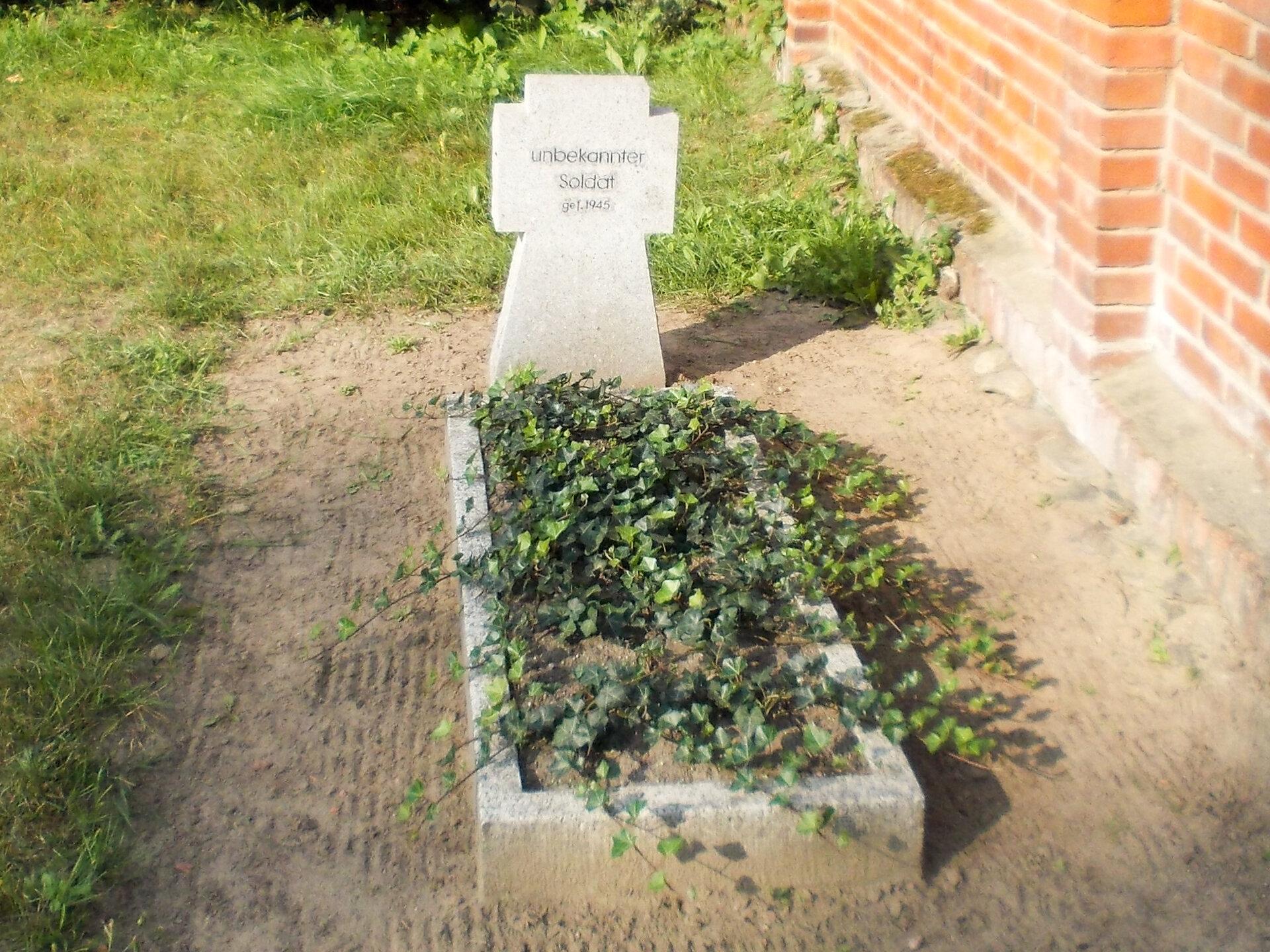 Sarnow, Friedhof: Ehrengrab für einen unbekannten, im Zweiten Weltkrieg gefallenen Soldaten