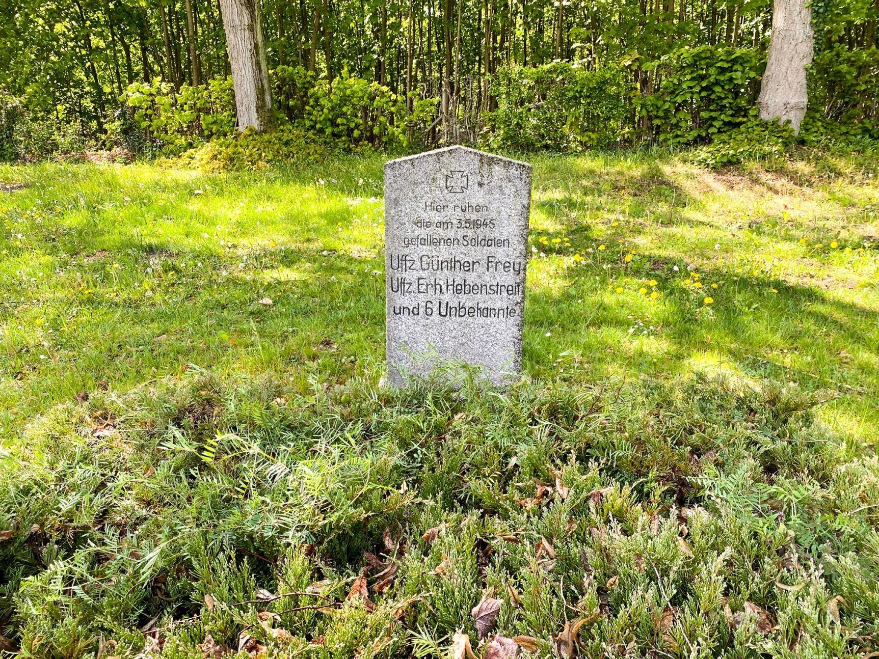 Schönhagen, Friedhof: Ehrengrab für acht im Zwieten Weltkrieg gefallene Soldaten