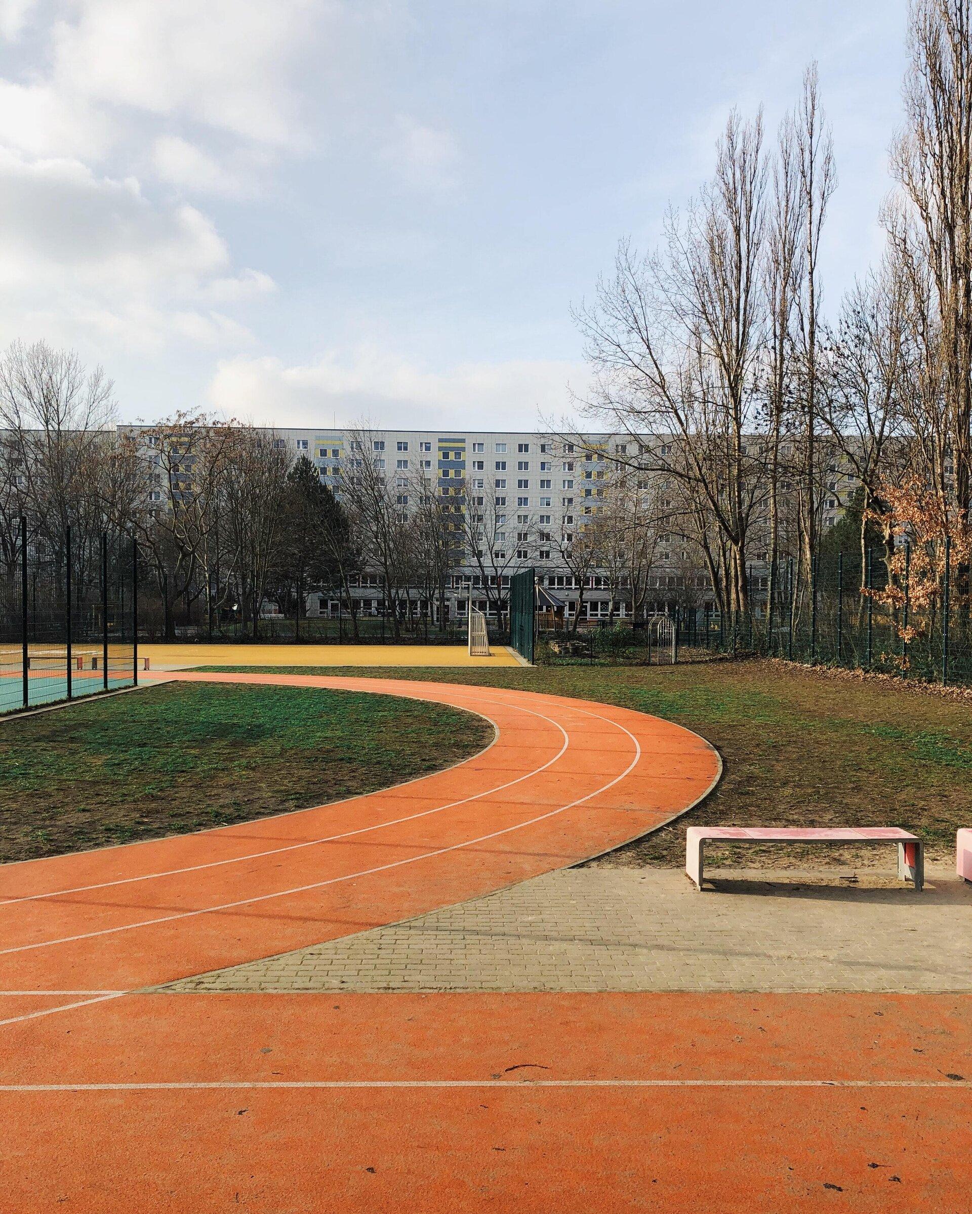 Sportplatz vor einem Wohnhaus