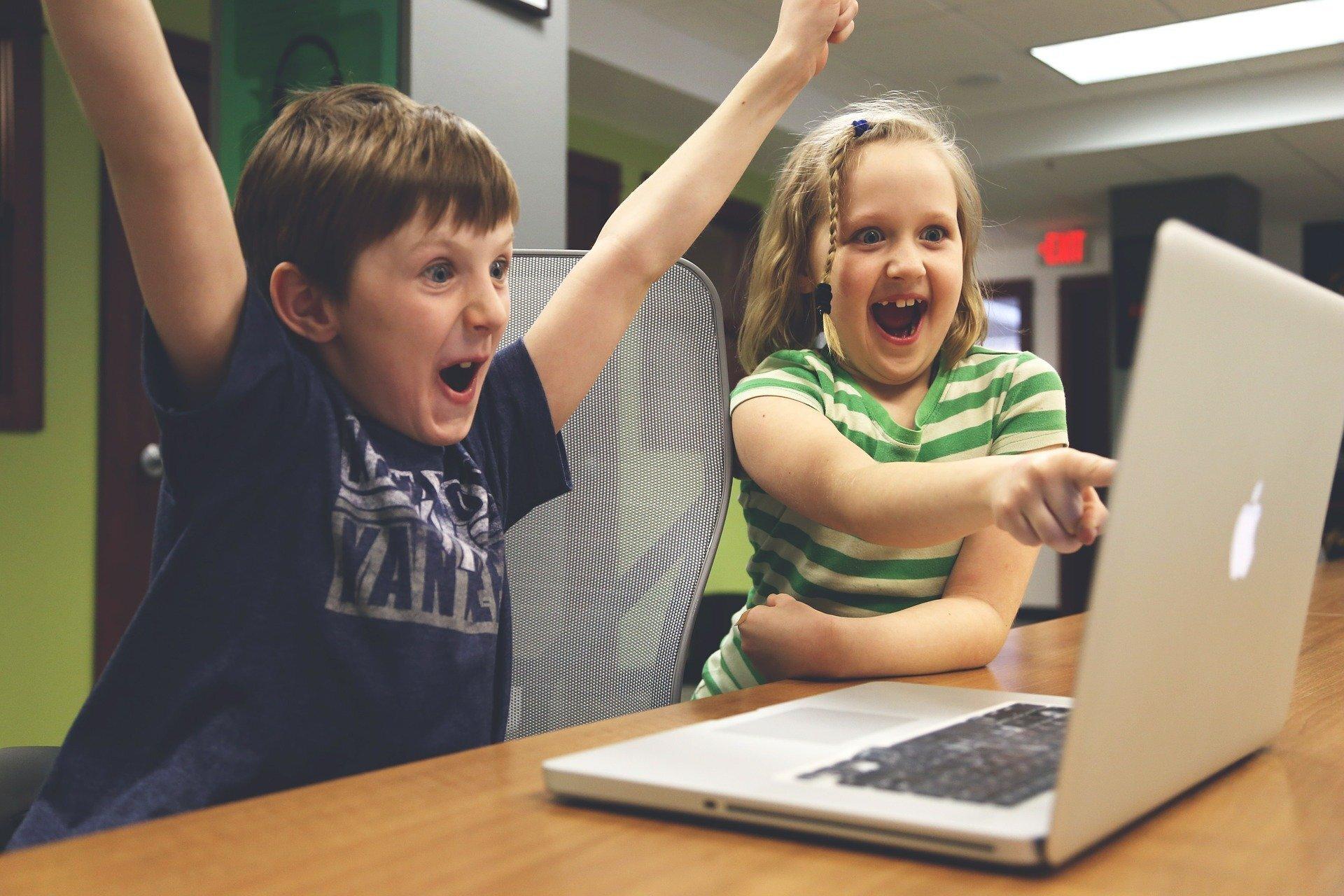 Foto: pixabay; Bild zeit Schüler vor einem Laptop