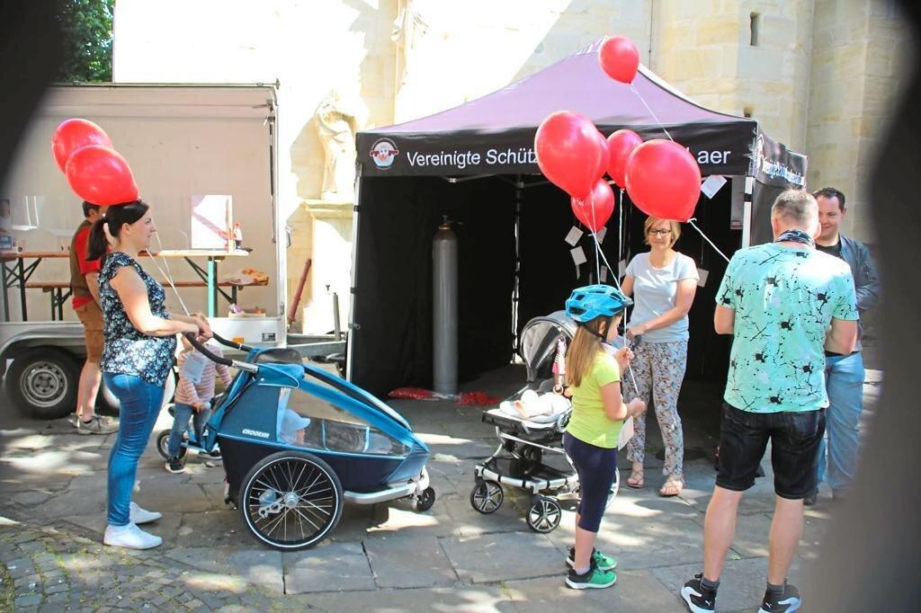 Besonders Familien nutzten die Pfingstaktion. Das Bild zeigte die Luftballon-Ausgabe vor der Pfarrkirche in Laer. Foto: Kirchengemeinde