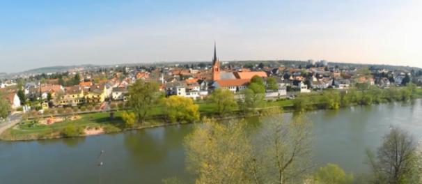 Bild zeigt Maintals größten Stadt-Teil Dörnigheim. Man sieht den Fluss und viele Bäume; Bild: Matthias Merget