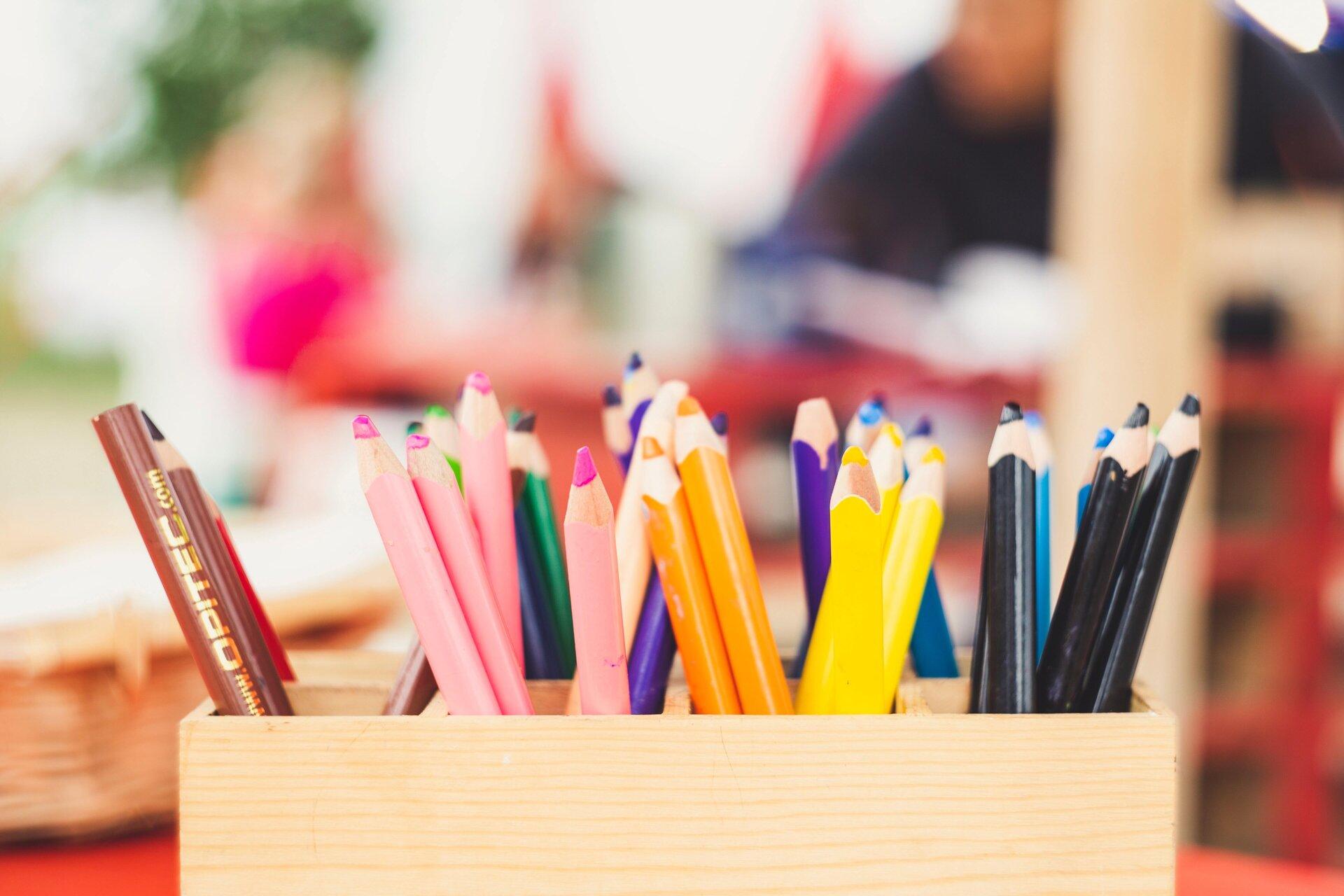 Buntstifte in einem Stiftehalter