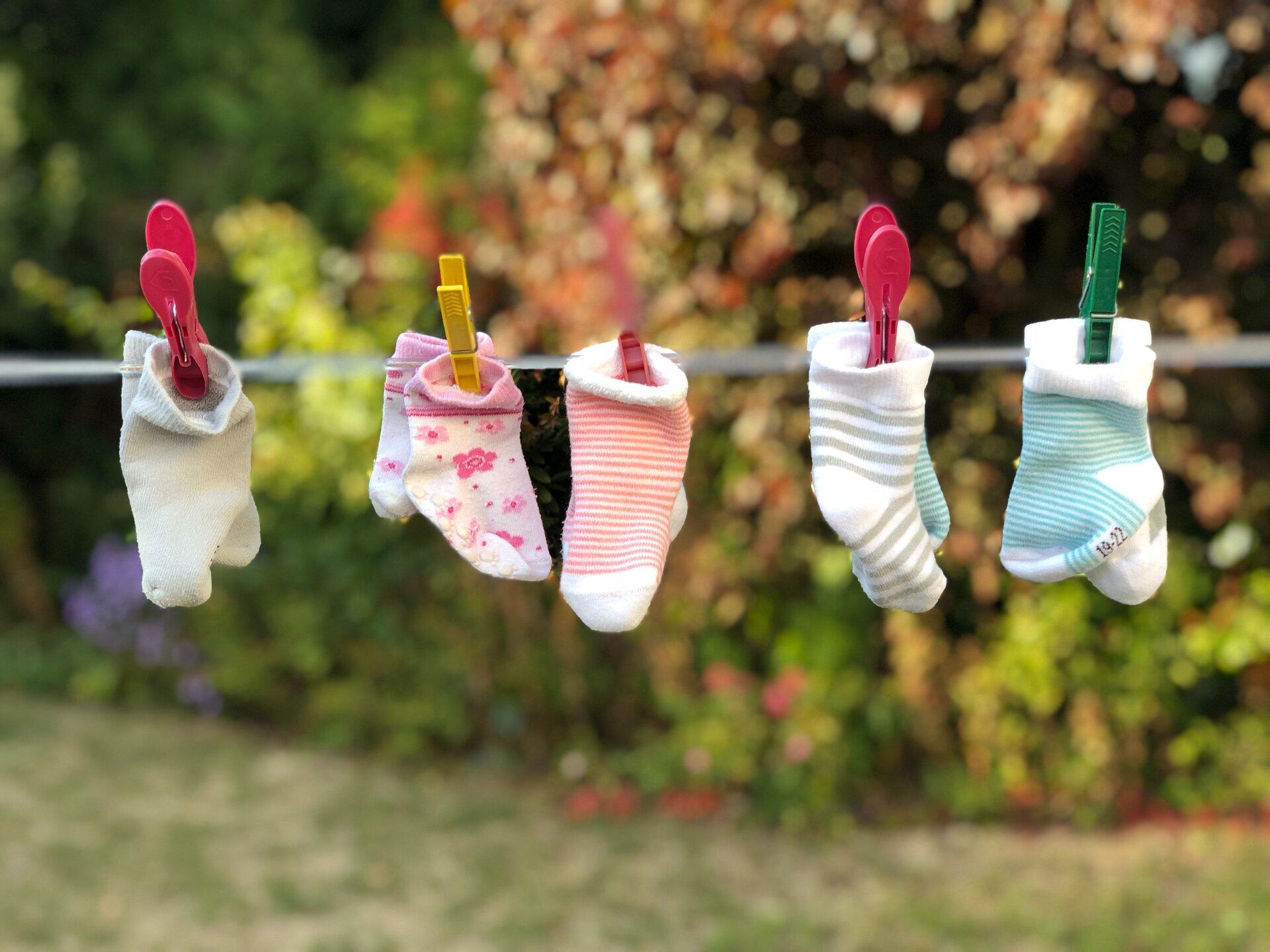 Babysocken an einer Wäscheleine