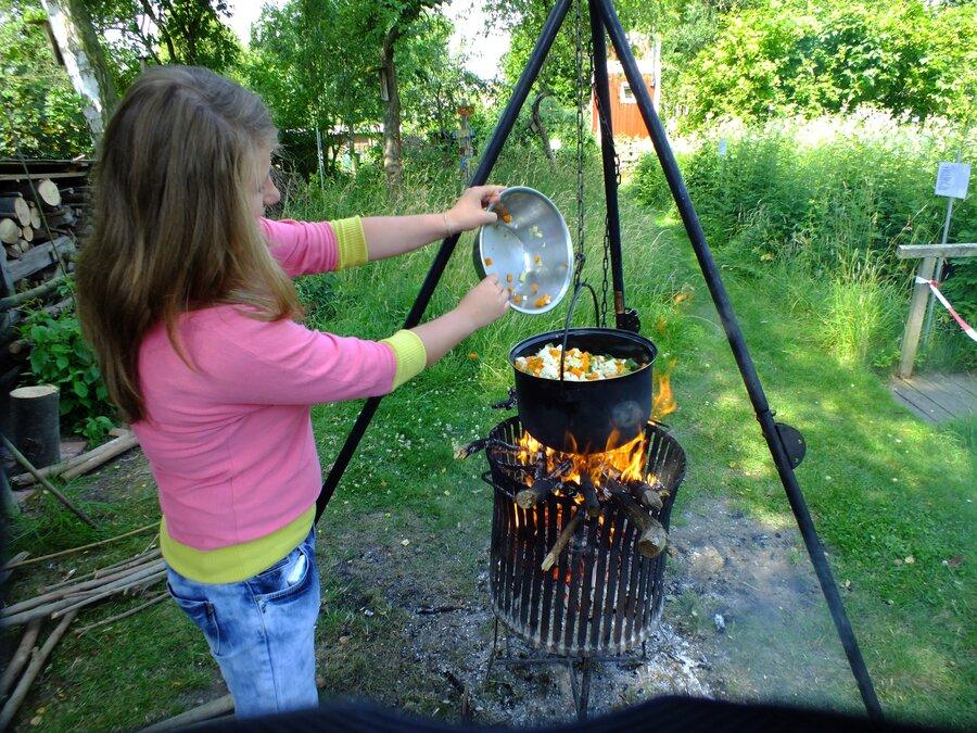 Die Kinder beim kochen in der Natur