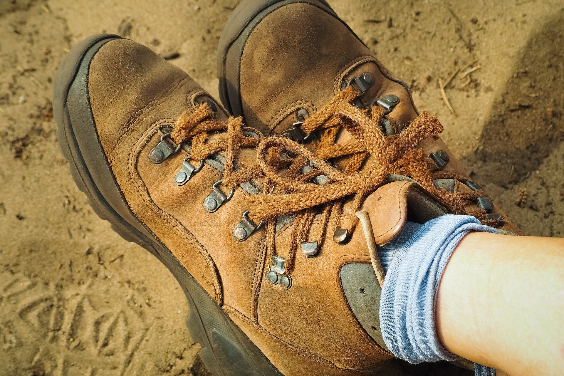 hiking-shoes-3565837_1920