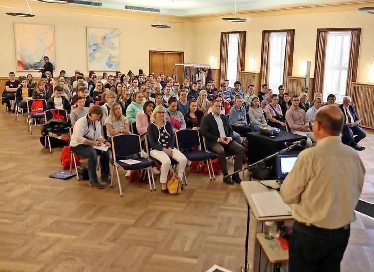 Große Begrüßungsrunde im Blauen Saal des Kulturzentrums. Quelle: Bernd Geske