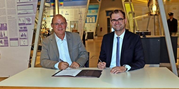 Eckhard Vierjahn (OSZ, links) und Andreas Wilms (THB) nach der Unterzeichnung des Vertrags im Optikindustriemuseum. Quelle: Bernd Geske