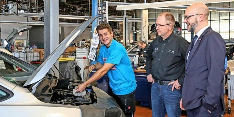 Moritz Velden wird im Autohaus Dallgow von Ausbilder Ingolf Jesse (Mitte) betreut, rechts Andreas Körner-Steffens von der Handwerkskammer. Quelle: Tanja M. Marotzke
