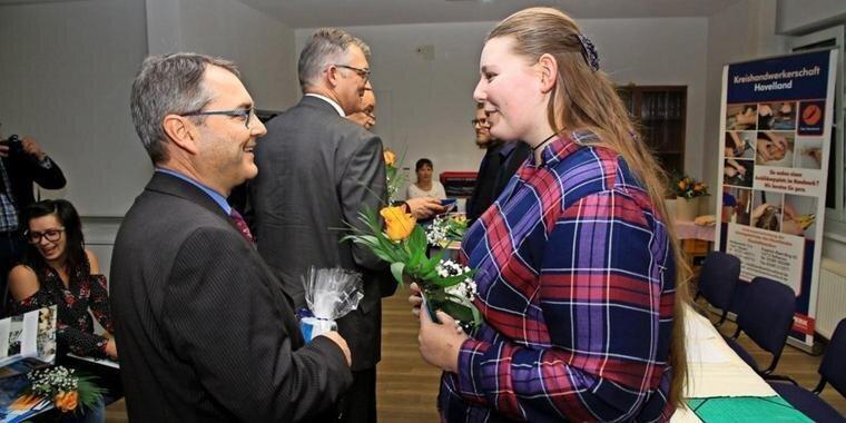 Kreishandwerksmeister Michael Ziesecke gratuliert Karen Reuther zu ihrem guten Abschluss. Quelle: Andreas Kaatz