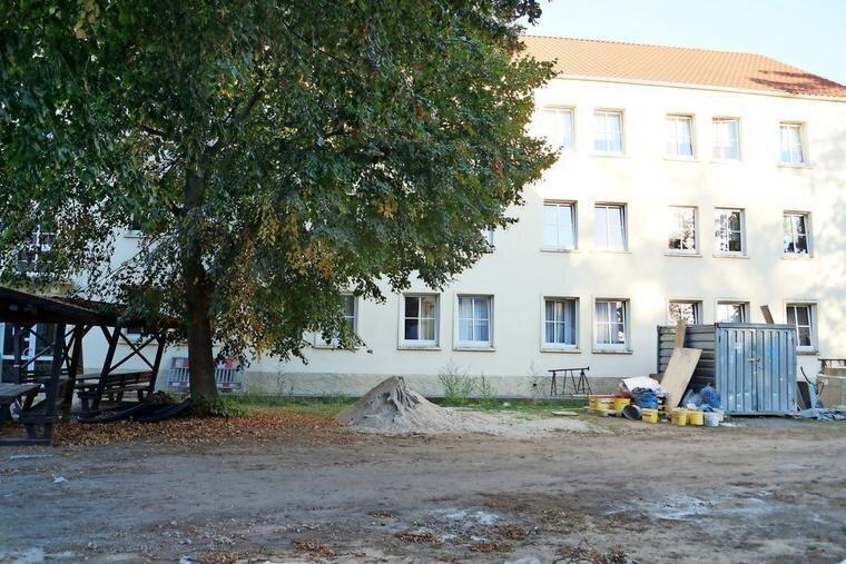 Die Lehrlingsinternate des OSZ Havelland werden umfassend modernisiert - hier ein Blick auf das zweite Gebäude, das im zweiten Bauabschnitt saniert wird. Quelle: Joachim Wilisch