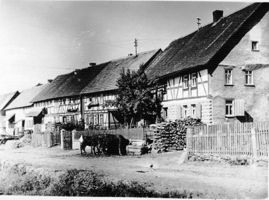 Die Gierbachstraße mit Blick auf die damalige Viehtränke (heute der Brunnen).