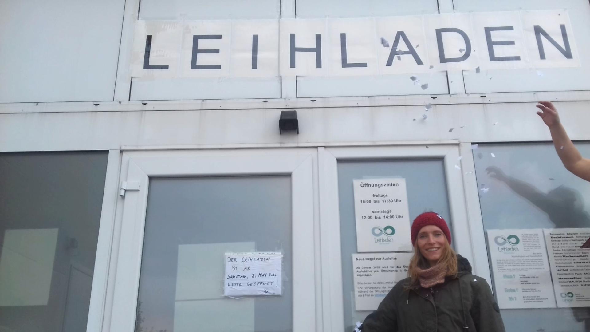 Bild zeigt Yvonne Spiegelhalder vor dem Leihladen Maintal, Foto: Maintal Aktiv - Freiwilligenagentur