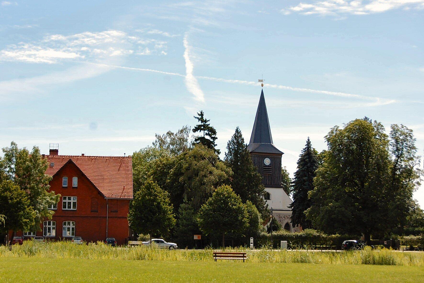 Blick auf das Haus am Anger und die Falkenhagener Kirche
