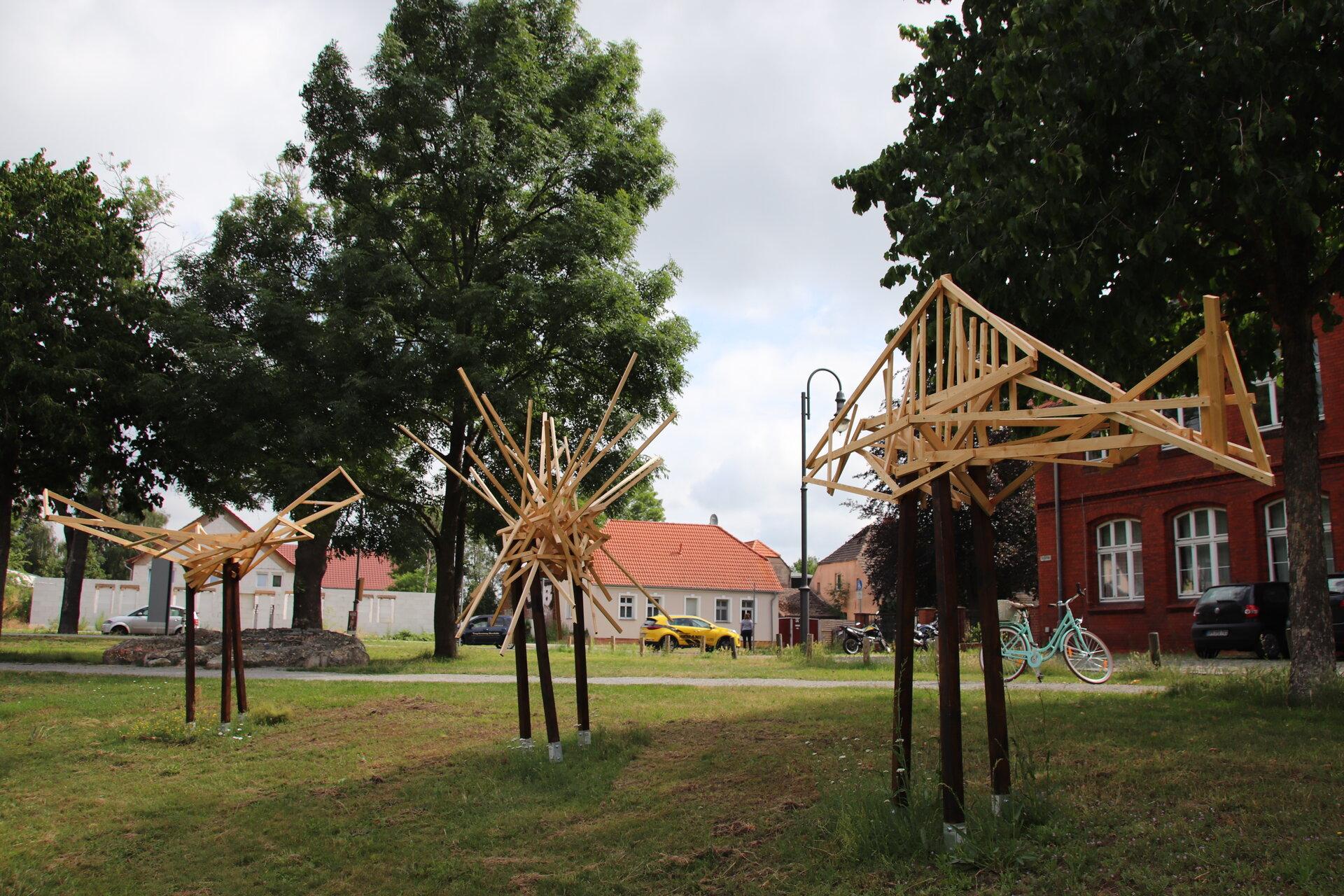 Holzskulpturen vor dem Haus am Anger