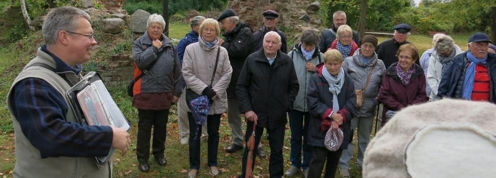 Gästeführer KlausAhrendt mit einer Reisegruppe bei einer Führung
