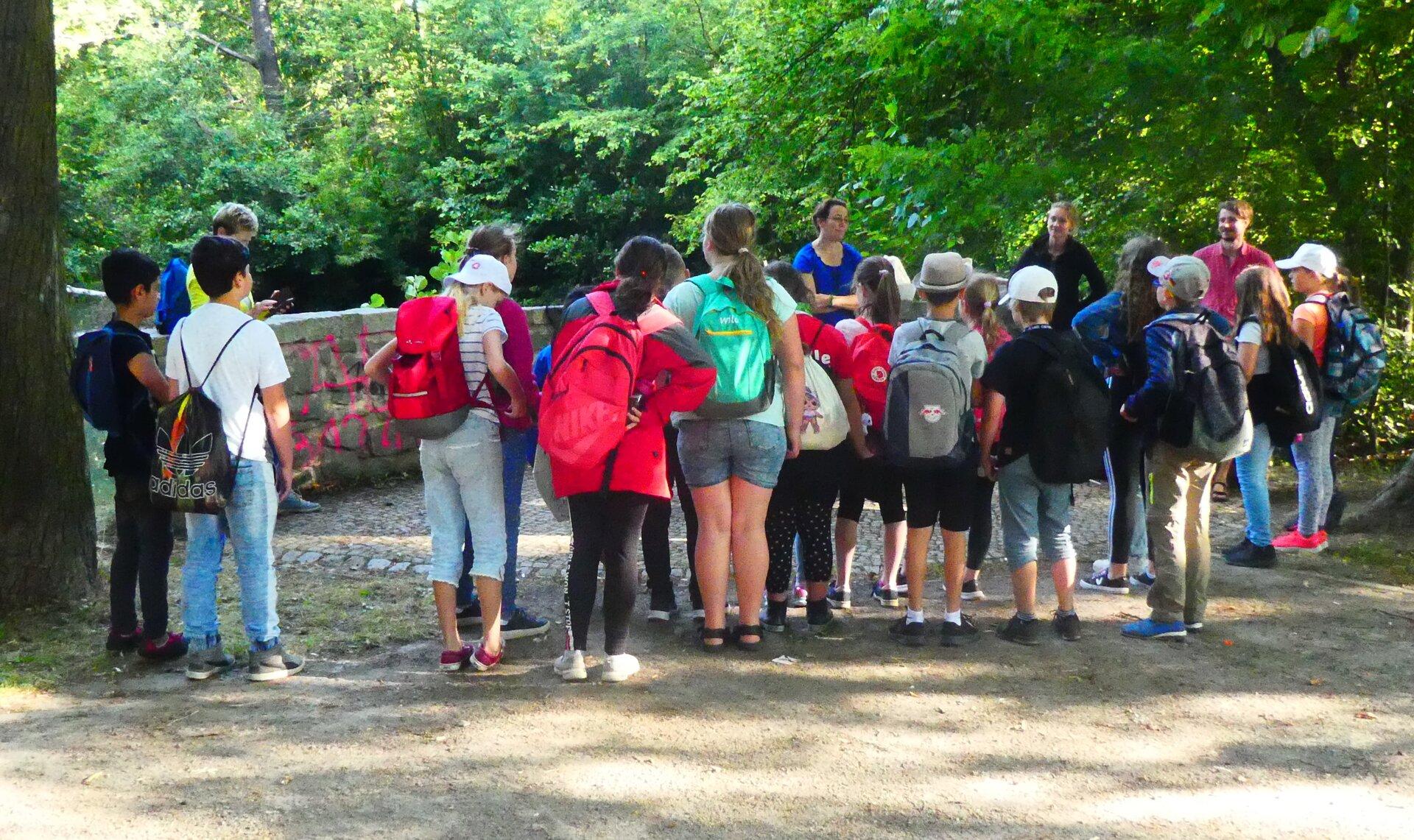 Eine Schulgruppe beim Gewässertag.