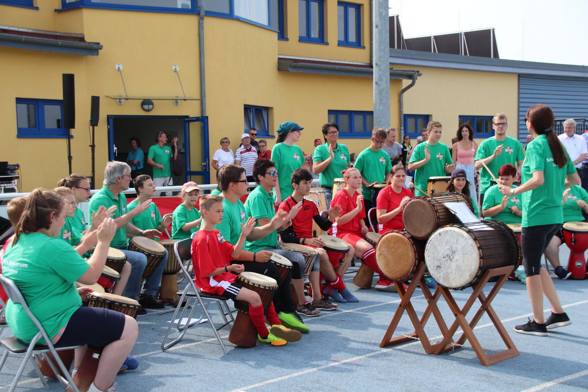 Das Bild zeigt eine Trommelgruppe am Sport- und Spielfest für alle im Jahr 2019.