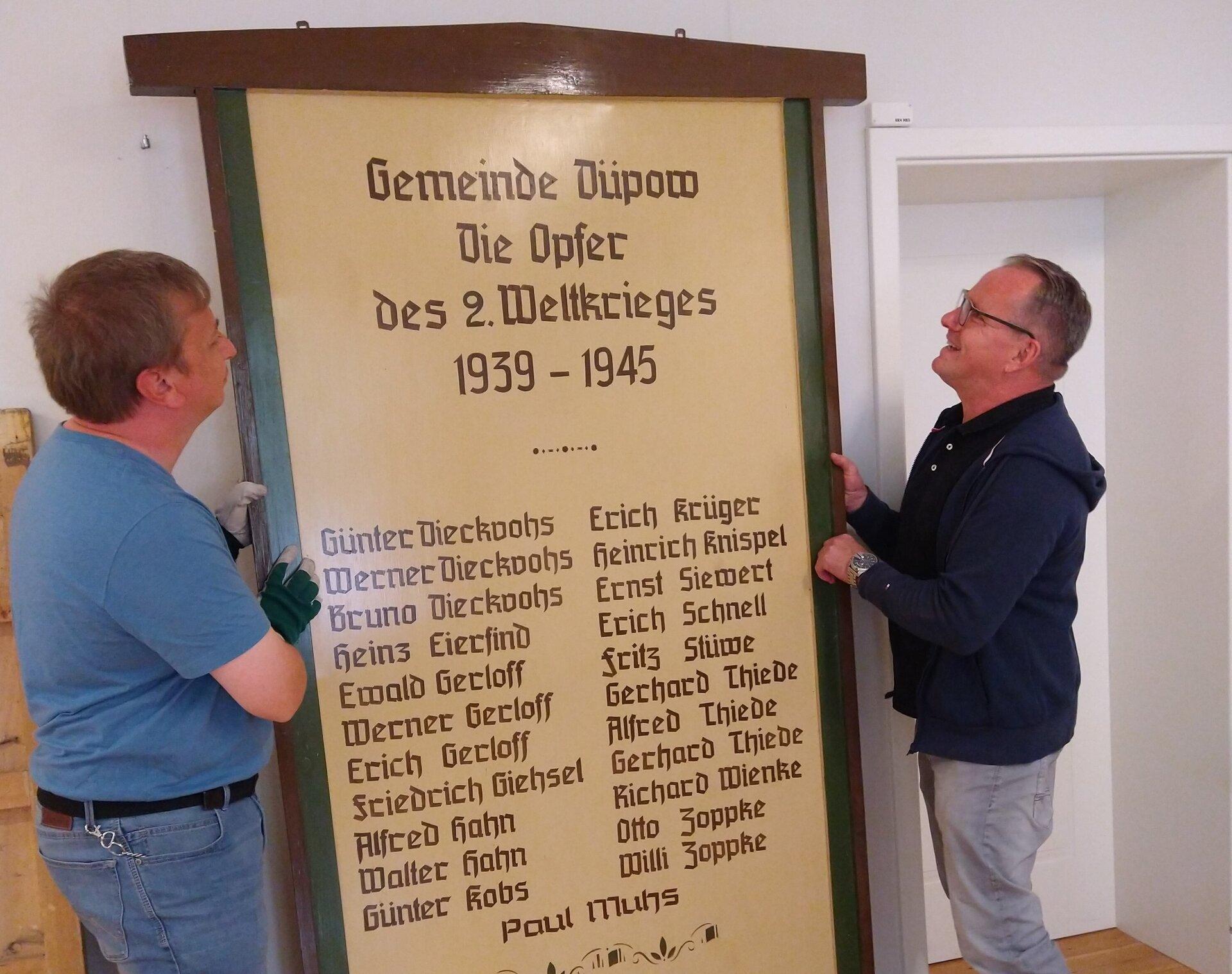 Objete kommen ins Stadt- und Regionalmuseum Perleberg, v.l.nr.:Lennart Gütschow (Museumsvolontär) und Torsten Foelsch (Museumsmitarbeiter) © Stadt Perleberg