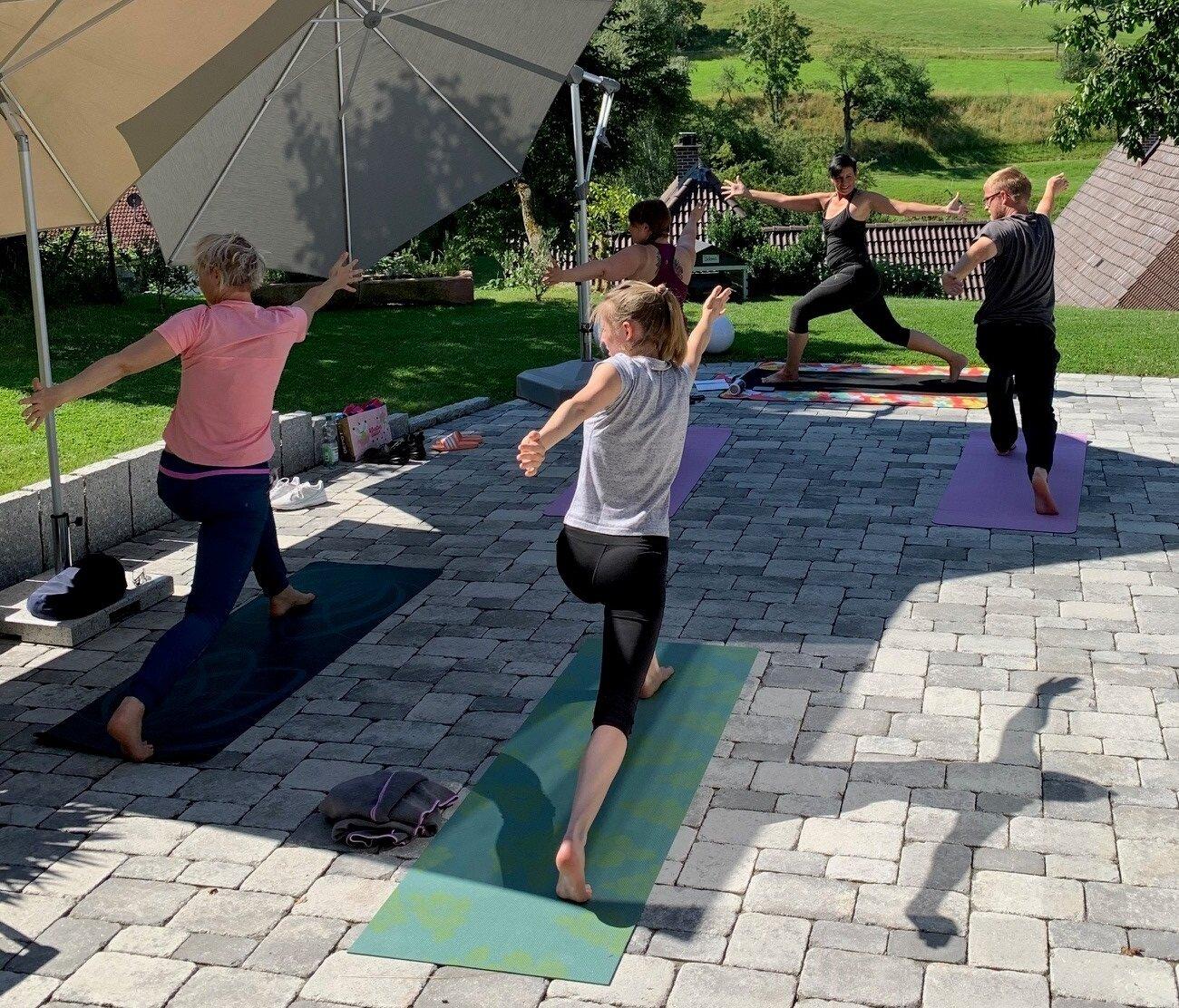 Auf dem Bild sieht man vier Frauen beim Yoga mit ihrer Yoga-Leiterin Birgit Günthel