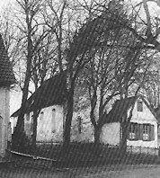 Die alte Kirche in der Kirchstraße von Osten gesehen.Am linken Rand noch zu erkennen: Das Haus Kirchstraße 30. Das kleine Häuschen am Kirchturm war die Schulstube. Heute steht hier das evangelische Gemeindehaus.