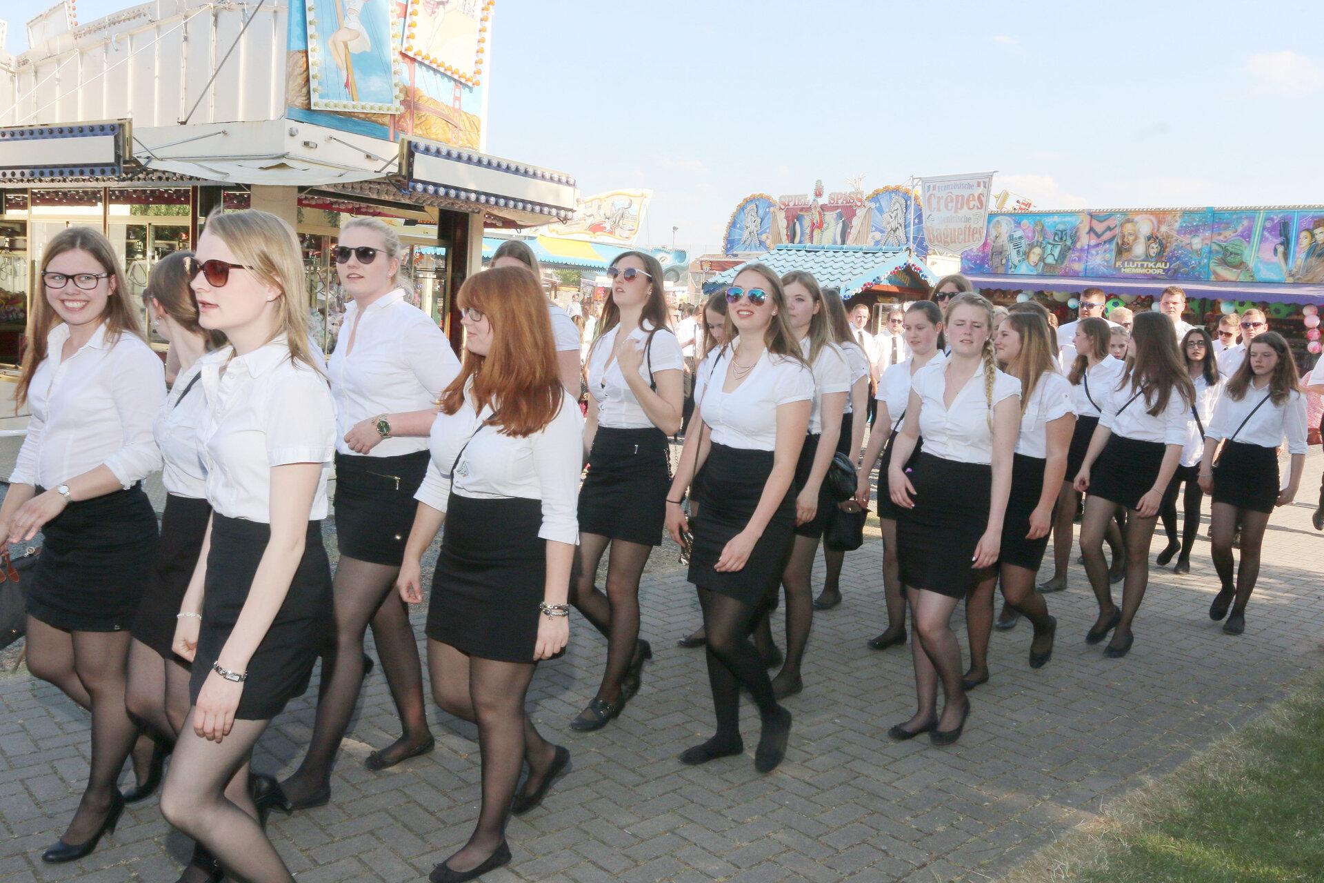 Junge Damen marschieren