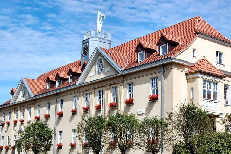 Das Bild zeigt das Falkenseer Rathaus in der Falkenhagener Straße 43/49.