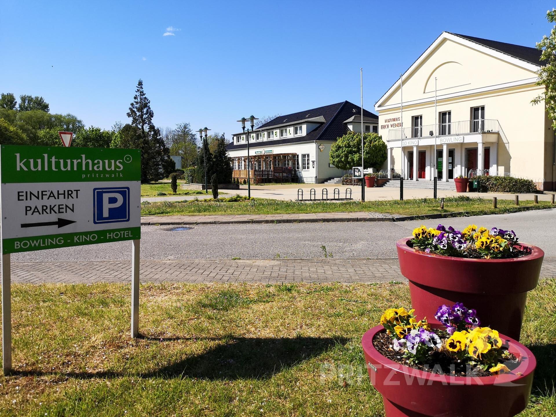 Das Kulturhaus und das Hotel mit Gastronomie.