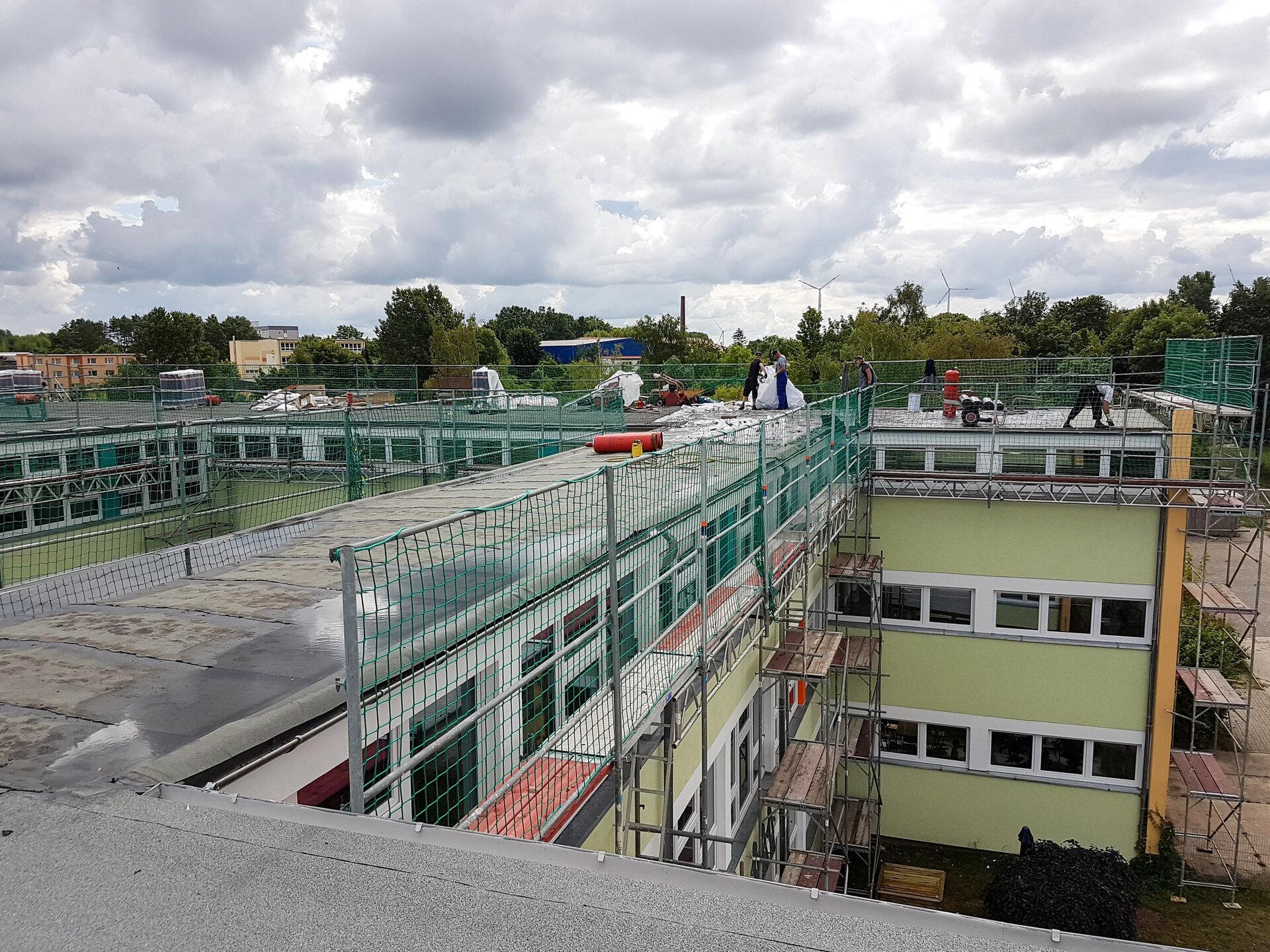 Dacharbeiten im Juli 2020 an der Jahn-Grundschule. Foto: Halldor Lugowski