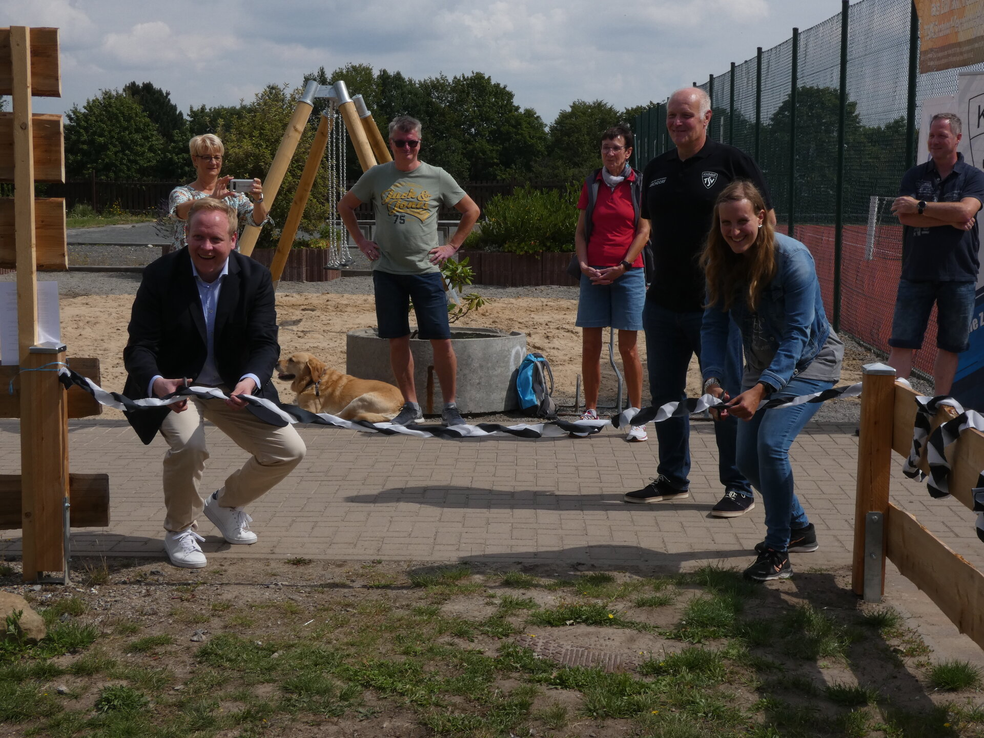 Carina Gdeczyk und Tilman Kuban eröffnen den Outdoor Fitness Park des TSV Kirchdorf