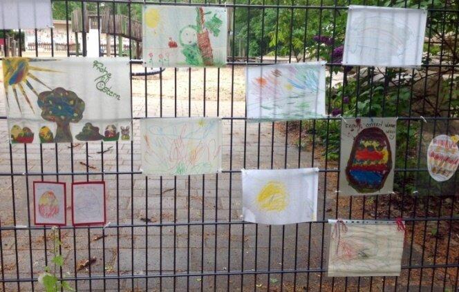 Kinderbilder am Kita-Zaun