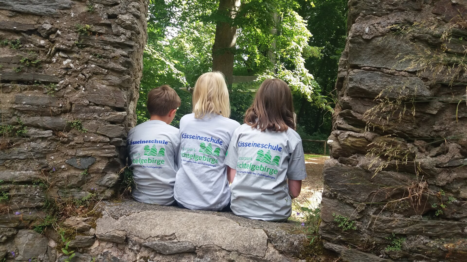 Kinder mit Logo-T-Shirt